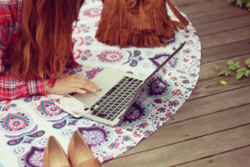 パソコンを開いている女性